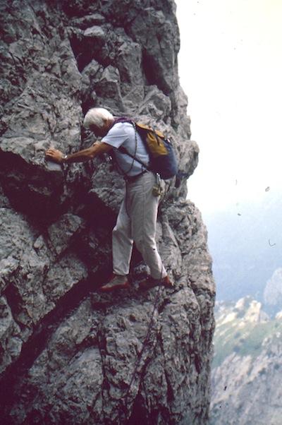 """Bonatti blandamente impegnato in una scalata con l'amico giornalista Roberto Serafin da lui scherzosamente definito """"un caro aguzzino""""."""